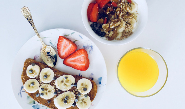 flatlay-photography-of-bread-and-fruits-916925